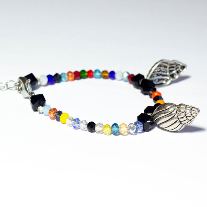 Multicoloured beaded bracelet made of crystal beads featuring metallic seashell pendants and a chain clasp design