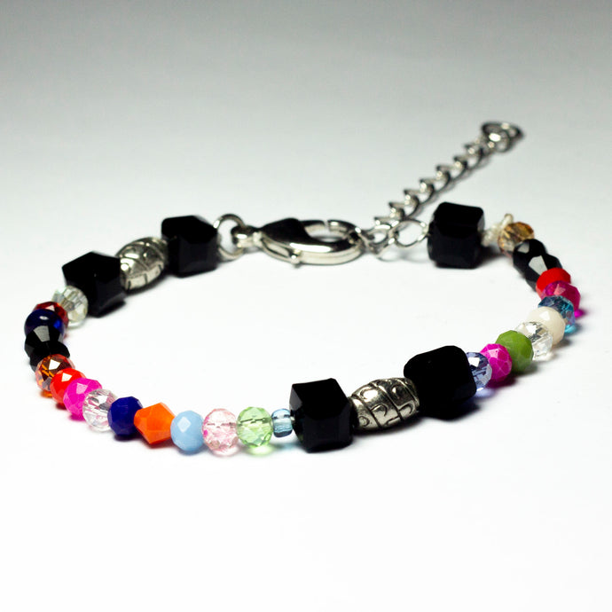 Multicoloured beaded bracelet made of crystal beads featuring engraved cylinder pendants and a chain clasp design