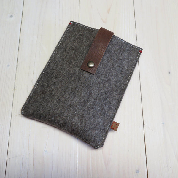 Sandbrown ereader case with leather closure