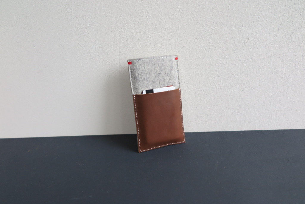 Wool felt iPhone x case with leather pocket for creditcards