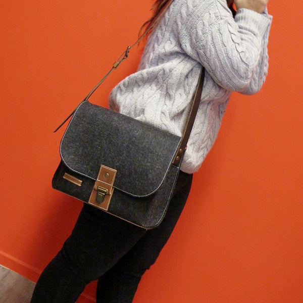 CLASSIC BAG vilten messenger tas small in zwart