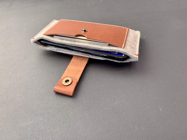 CLASSIC CASE - iPhone wallet vilt en leer in Grijs. - Westerman Bags vilten tassen en hoezen. Dutch Design.