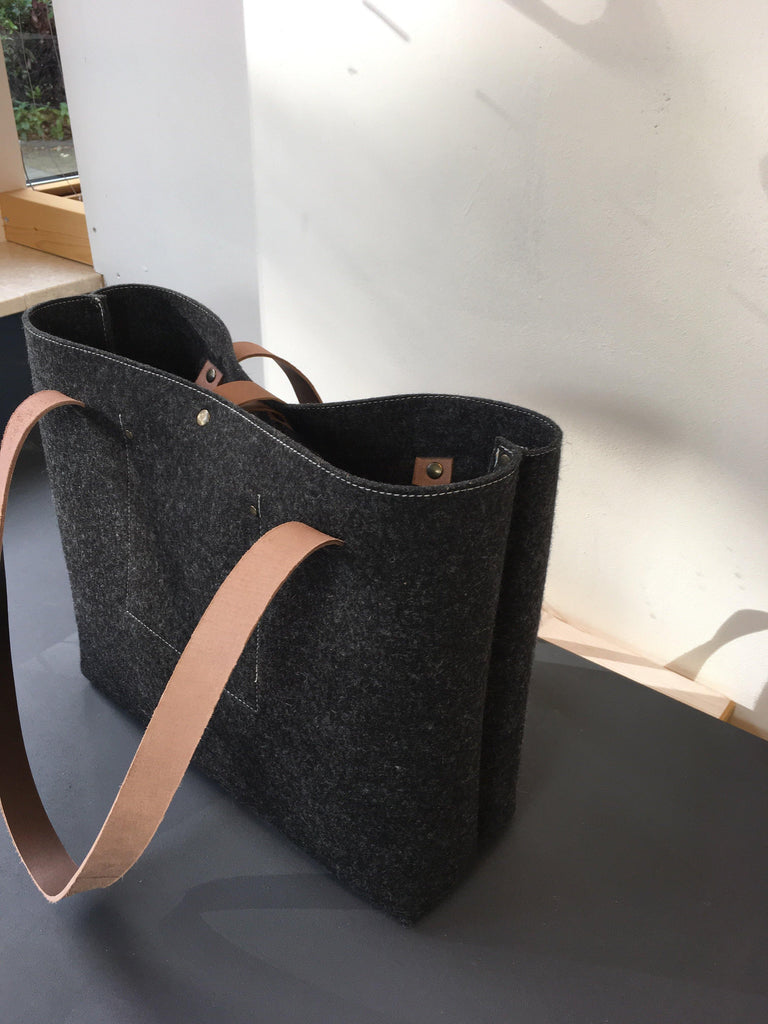 LARGE FELTBAG in black pure wool