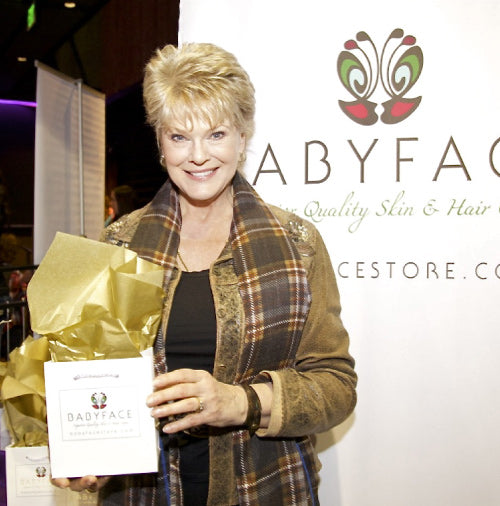 Gloria Loring at the 2013 american music awards with a babyface skin care gift bag