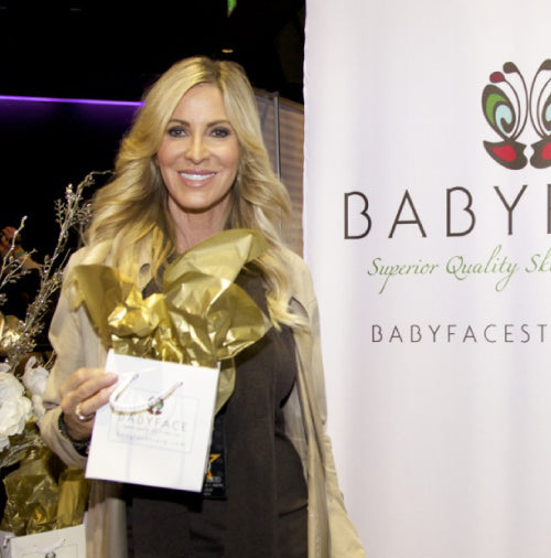 Lauri Peterson at the 2013 american music awards with a babyface skin care gift bag
