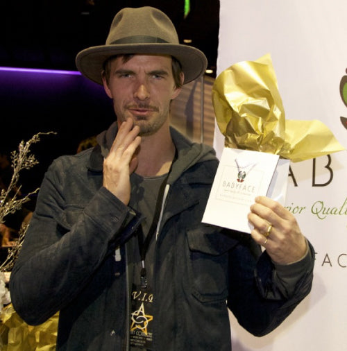 Lucas Bryant at the 2013 american music awards with a babyface skin care gift bag