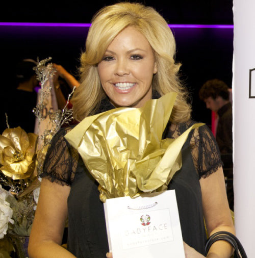 Mary Murphy at the 2013 american music awards with a babyface skin care gift bag