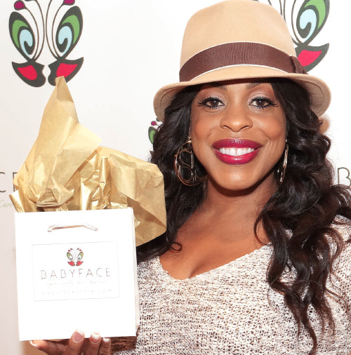 Niecy Nash at the 2014 academy awards oscars party with a babyface skin care gift bag