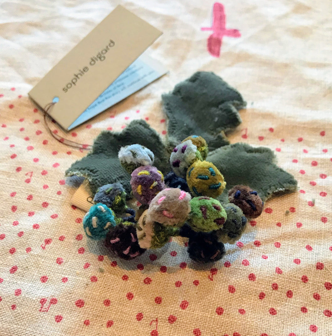 Sophie Digard berries linen brooch - 09