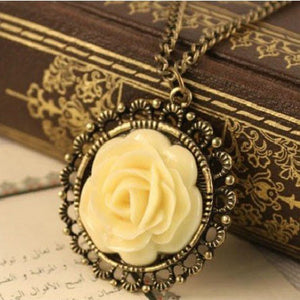 Retro Flower Round Pendant With Chain