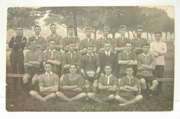 Postcard in black and white of an unknown football team in unused condition.