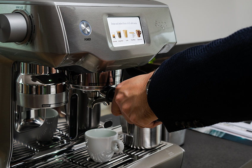 Der Sage Oracle Touch Kaffeevollautomat mit Touchscreen