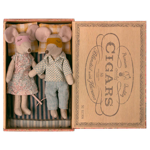 Maileg Mum and Dad mouse in Cigar Box 01