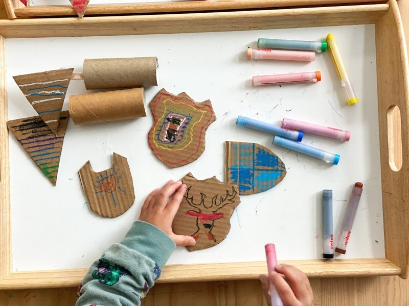 Decorate the shields and flags with kitpas crayons.