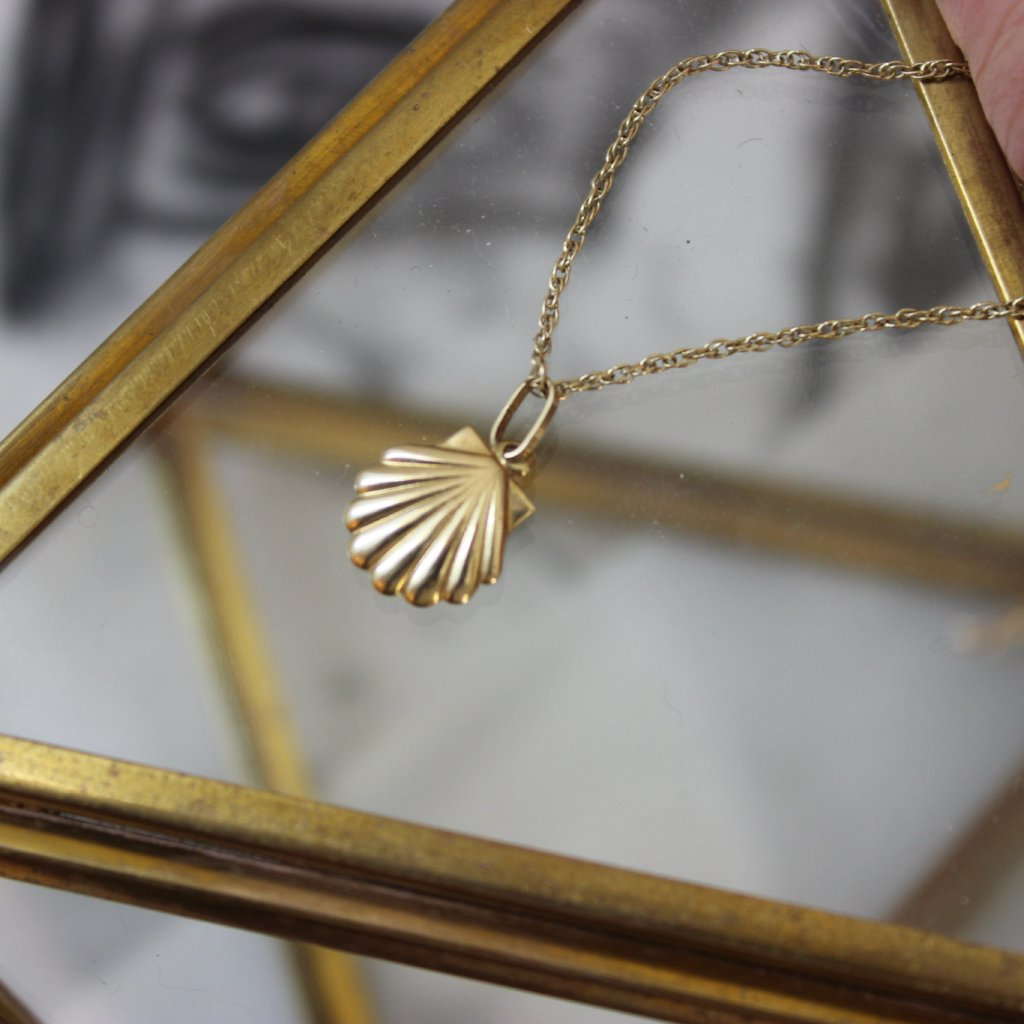Vintage 14K Yellow Gold Dainty Scallop Shell Pendant