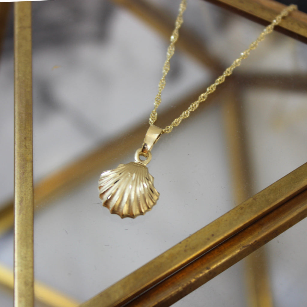 Vintage 14K Yellow Gold Scallop Shell Pendant