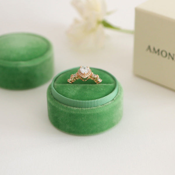 Amonie greenery velvet ring box with ring