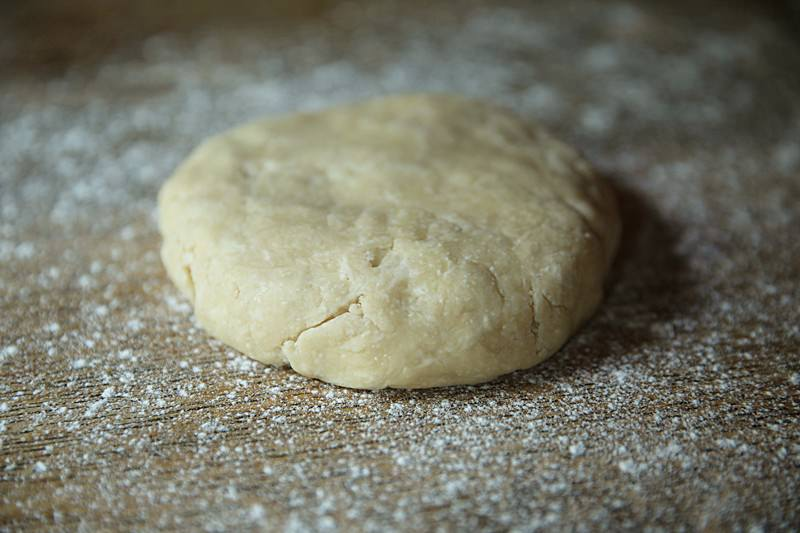 Take the dough out of the refrigerator, lightly dust the work surface with flour and place it on the table