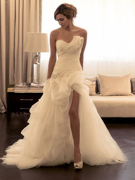 Ball Gown Sweetheart Sweep/Brush Train Sleeveless Organza Wedding Dress with Beading