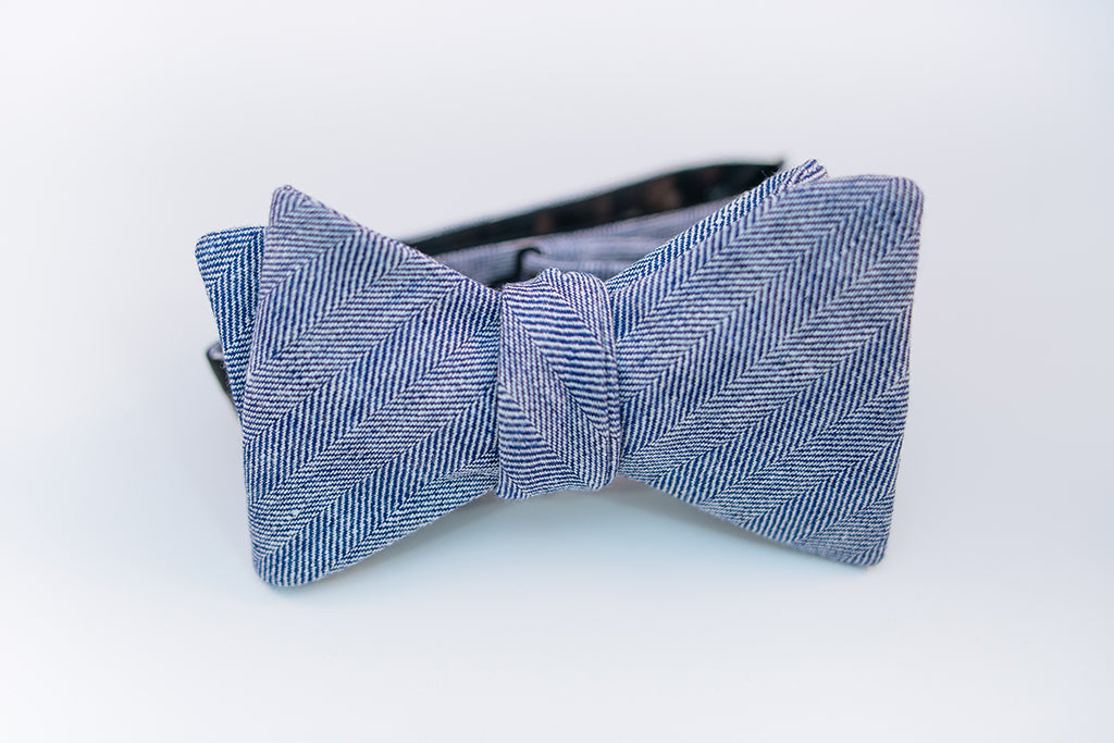 A two-toned herringbone linen bow tie with blue and white hues on this mid-weight bow tie.   Imported from Ireland.  100% Linen  Height: 3