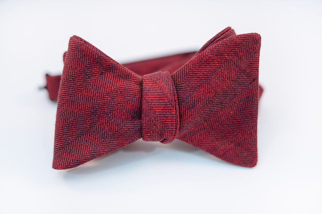 A two-toned herringbone linen bow tie with red and black hues on this mid-weight bow tie.   Imported from Ireland.  100% Linen  Height: 3