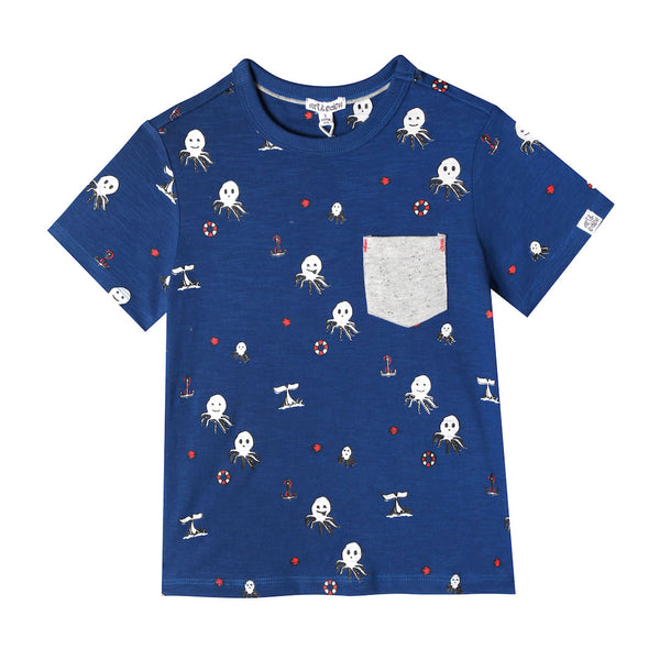 Blue t-shirt with grey pocket and octopus print. Short sleeve with crew-neck. Made of 100% organic cotton.