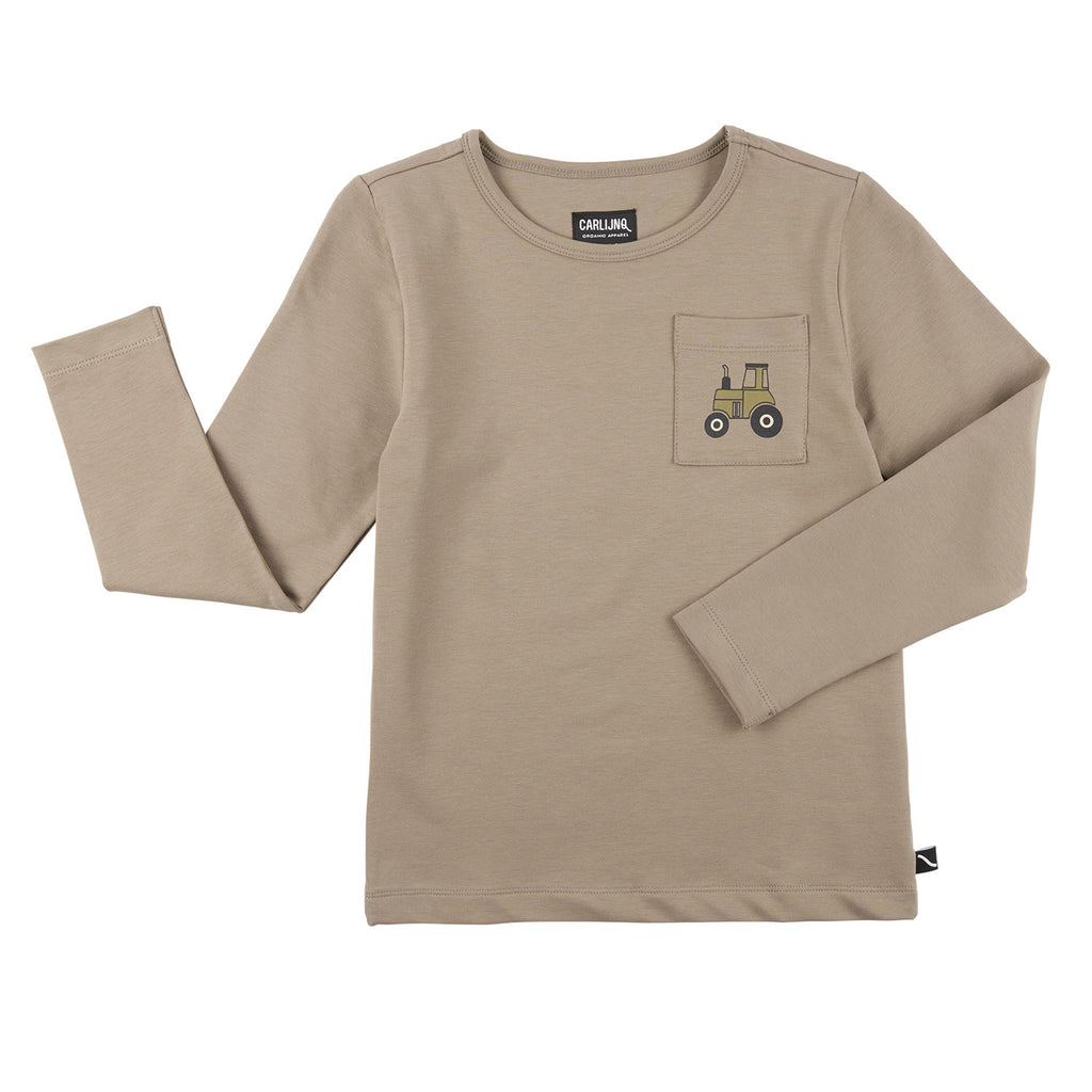 This CarlijnQ t-shirt is made of 95% GOTS organic cotton, 5% Elastane. Grey based shirt with long sleeves and a pocket with tractor print.