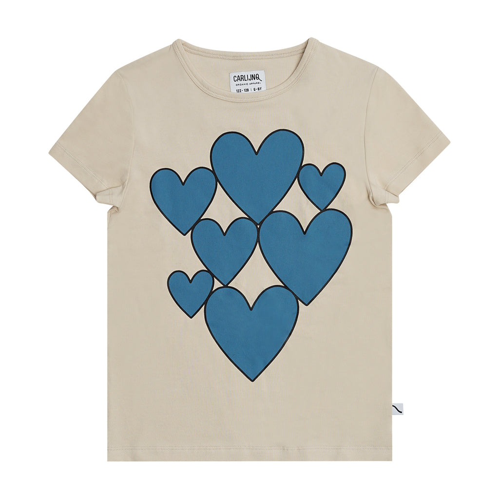 CarlijnQ This Hearts t-shirt in créme brûlée is a short sleeved t-shirt with storm blue printed hearts on the front. 95% gots certified organic cotton.