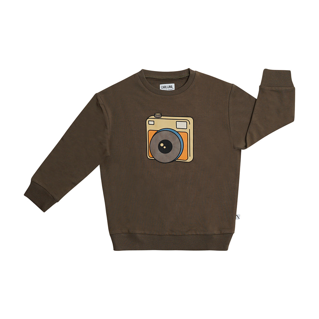Carlijnq camera sweatshirt in brown. Made with organic cotton