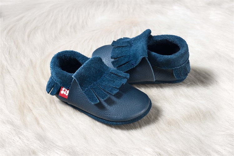 This super soft and comfortable infant shoes, moccasin style, were made with eco-friendly materials and dyes in Germany. Perfect baby shower gift for a boy or a girl.
