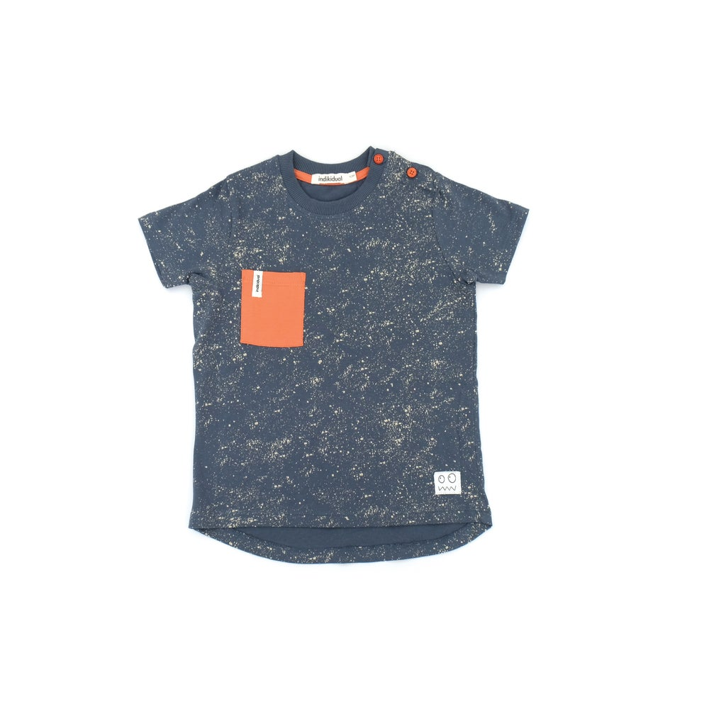 Pocket t-shirt in navy blue with white splatter print. Comes with a patch contrast pocket. Ethically made with 100% organic cotton.