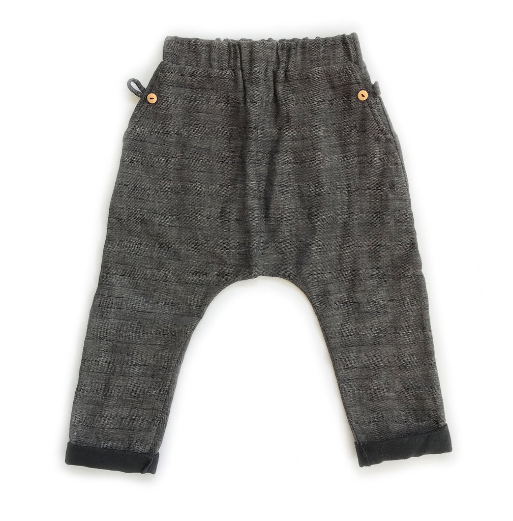 This light weight beach pants for kids is made of 100% cotton in Los Angeles. It comes with side pockets.