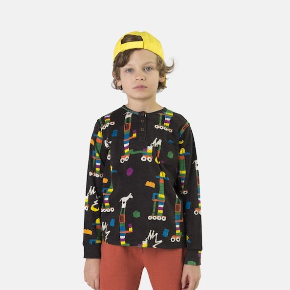 Boy wearing Nadadelazos lego t-shirt. Made of 100% organic cotton. Long Sleeve.