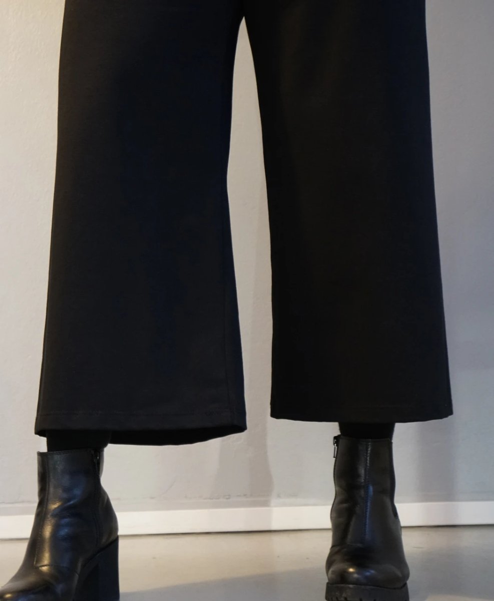 LAURA, mustat culottes housut, made in Finland