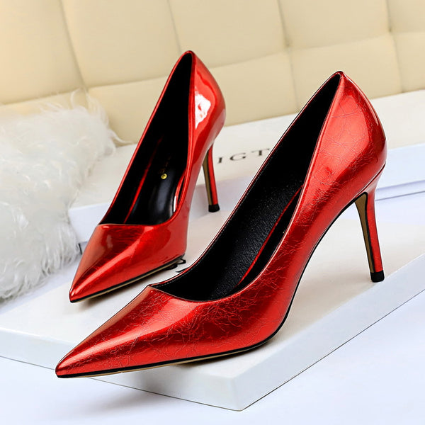 Low-fronted pointed toe pumps