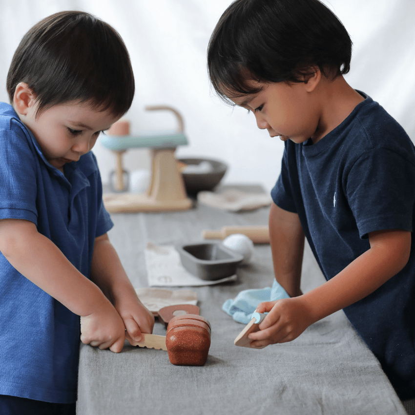 Plan Toys bread loaf set two children playing cutting bread loaf
