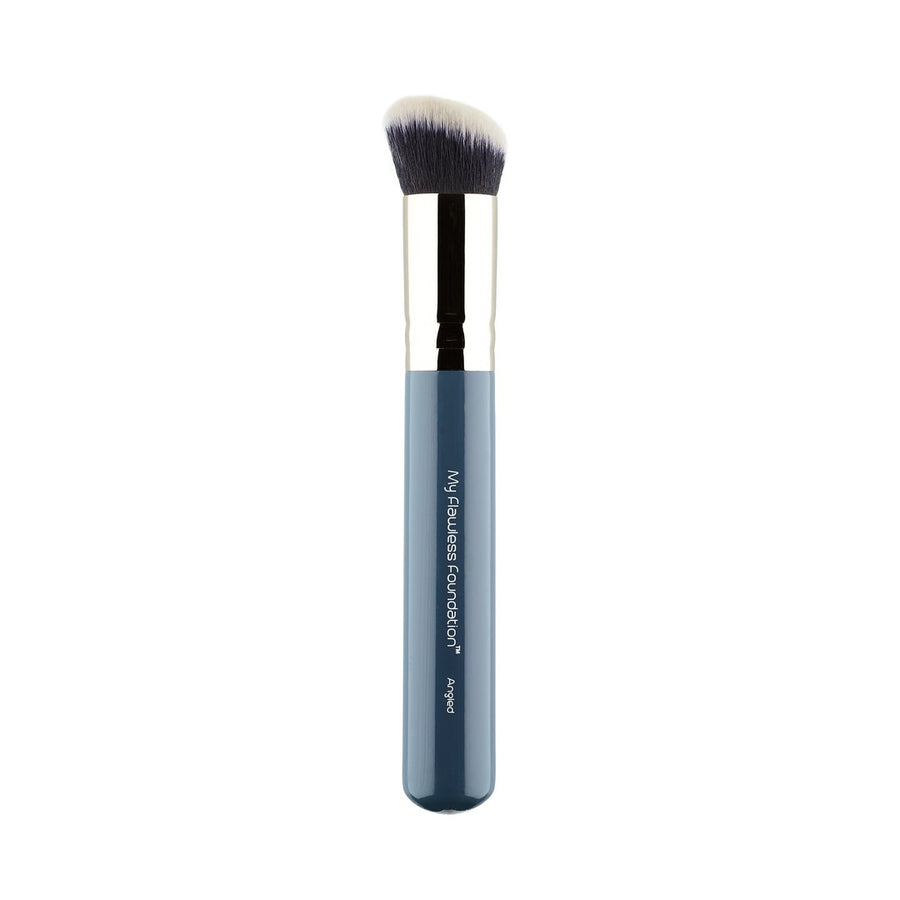 My Flawless Foundation™ has a gently curved brush head made from Takelon fibers and blends cream, liquid and powder formulas to a high definition finish. The angle of this brush fits snugly in to the contours of the face making this a great tool for contouring and foundation application.