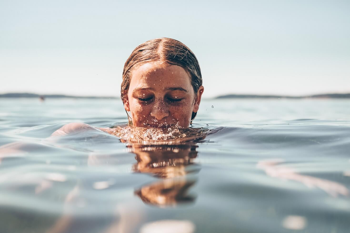 Woman swimming to reduce cortisol levels