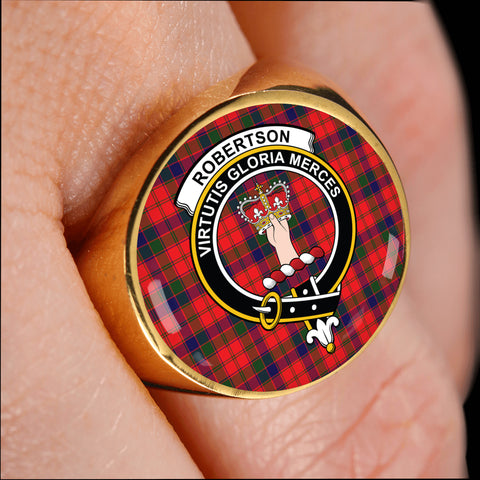 Robertson Modern crest ring tartan gold on finger