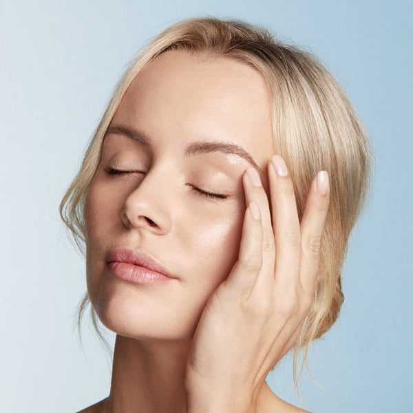 Dispense up to half a pump of AQUABLUR™ Hydrating Eye Gel and Primer onto fingertip. Morning and night, gently smooth along the orbital bone including the undereye contour.