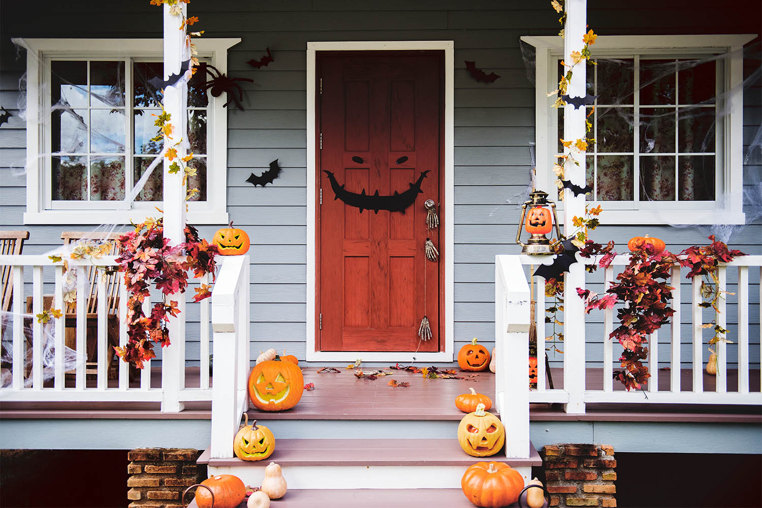 halloween-pumpkins-and-decorations-outside-
