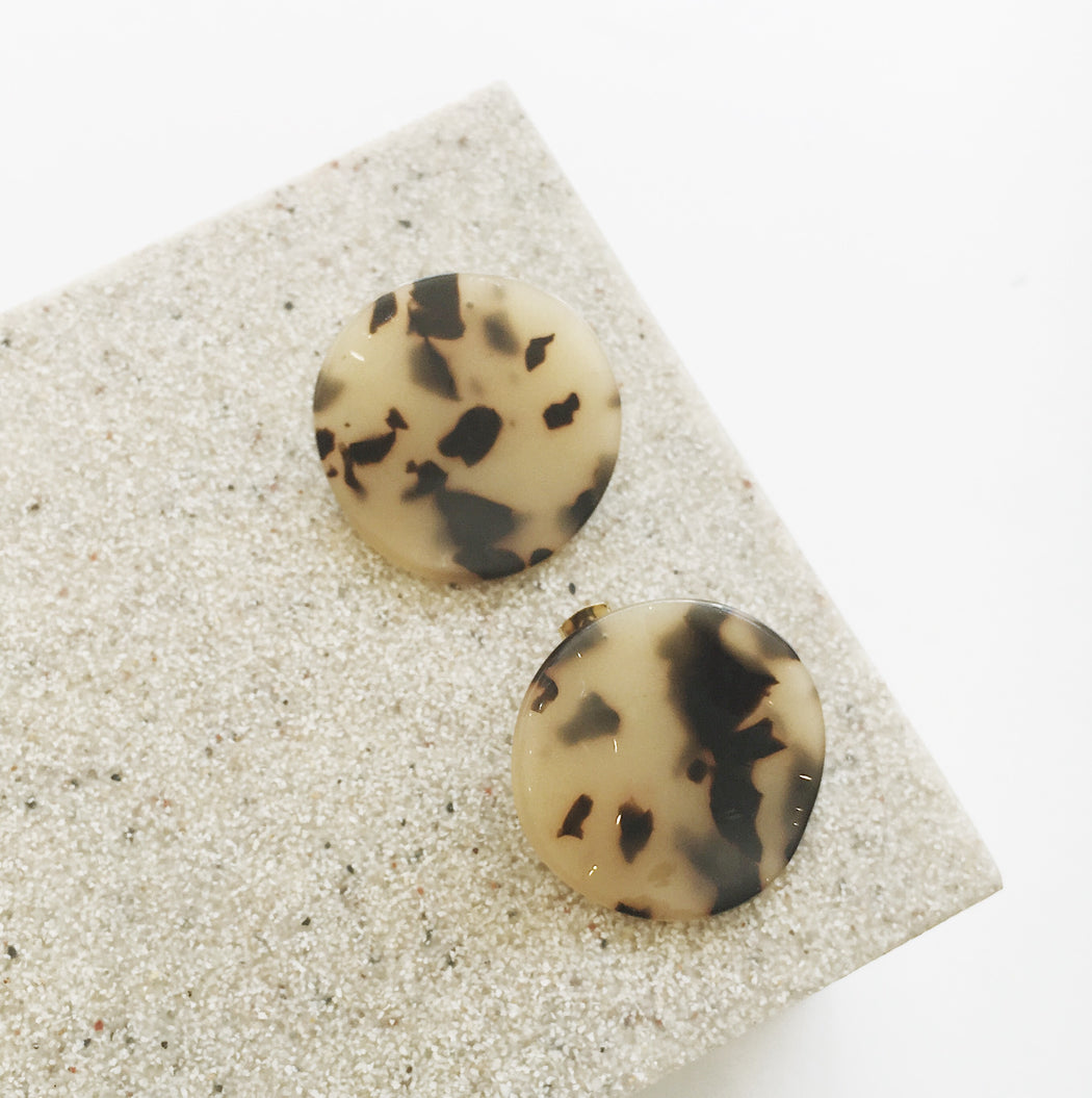 Sophie Circle Resin Earrings in Light Tort