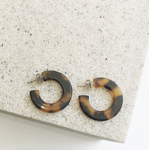 Gigi Curve Resin Hoop Earrings in Brown Tort