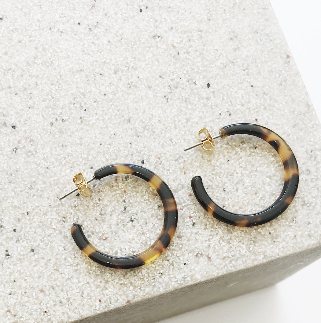 Calla Resin Hoop Earrings in Brown Tort