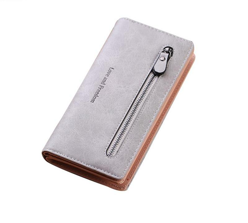Woman folding wallet. - Valerian Boutique