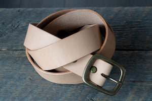 Garrison veg tan leather belt in natural coiled