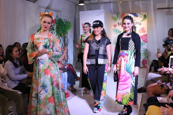 Peragaan Koleksi Fashion 'Blisslosophy', Buka Pameran Bertajuk One By One Di 2madison Gallery