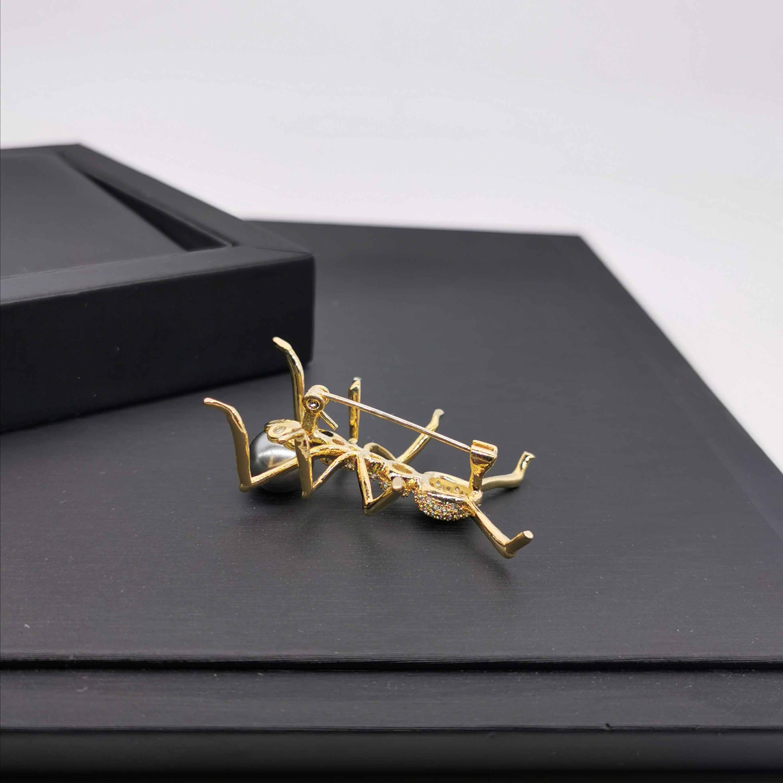Sea shell pearl ant brooch