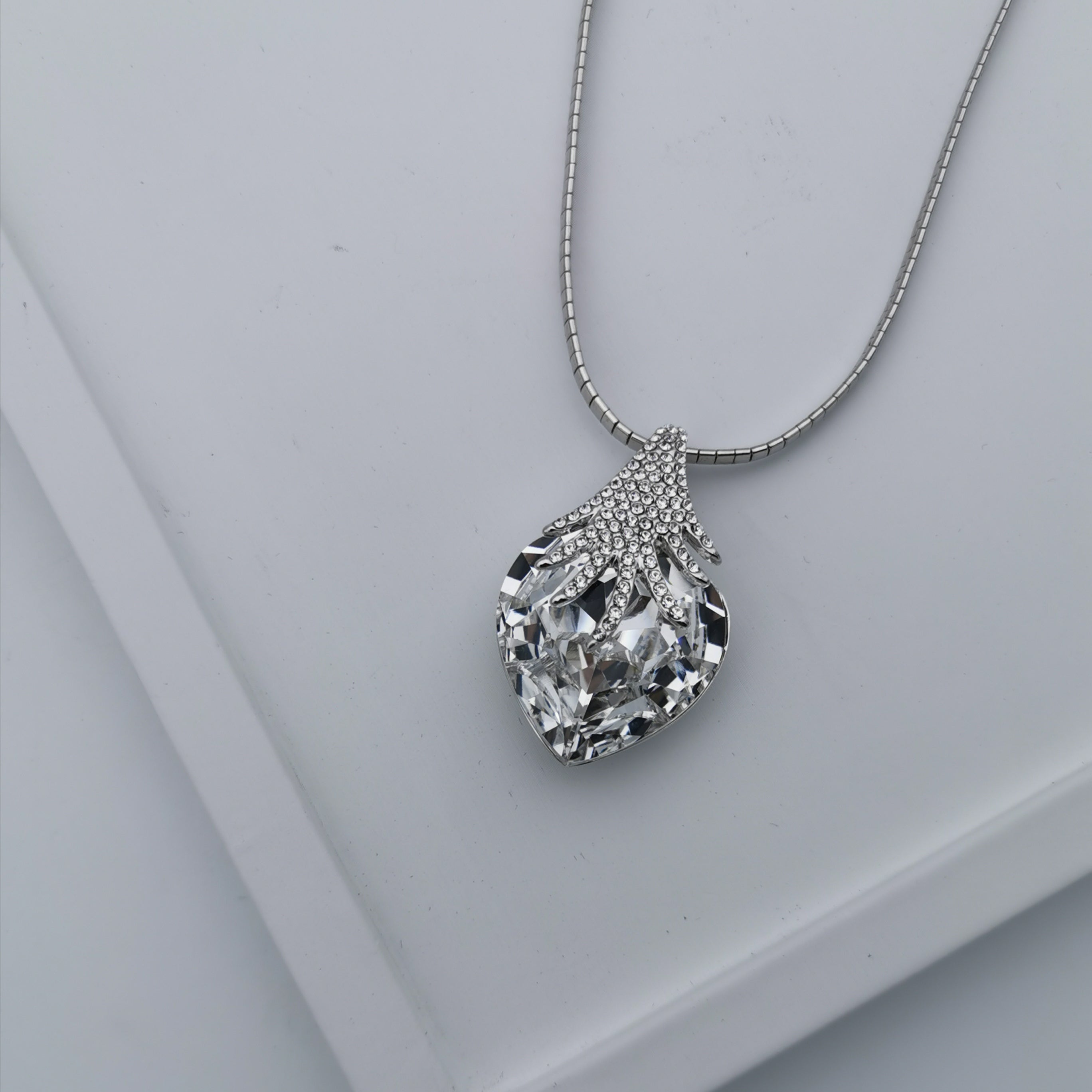 Swarovski element elegant necklace