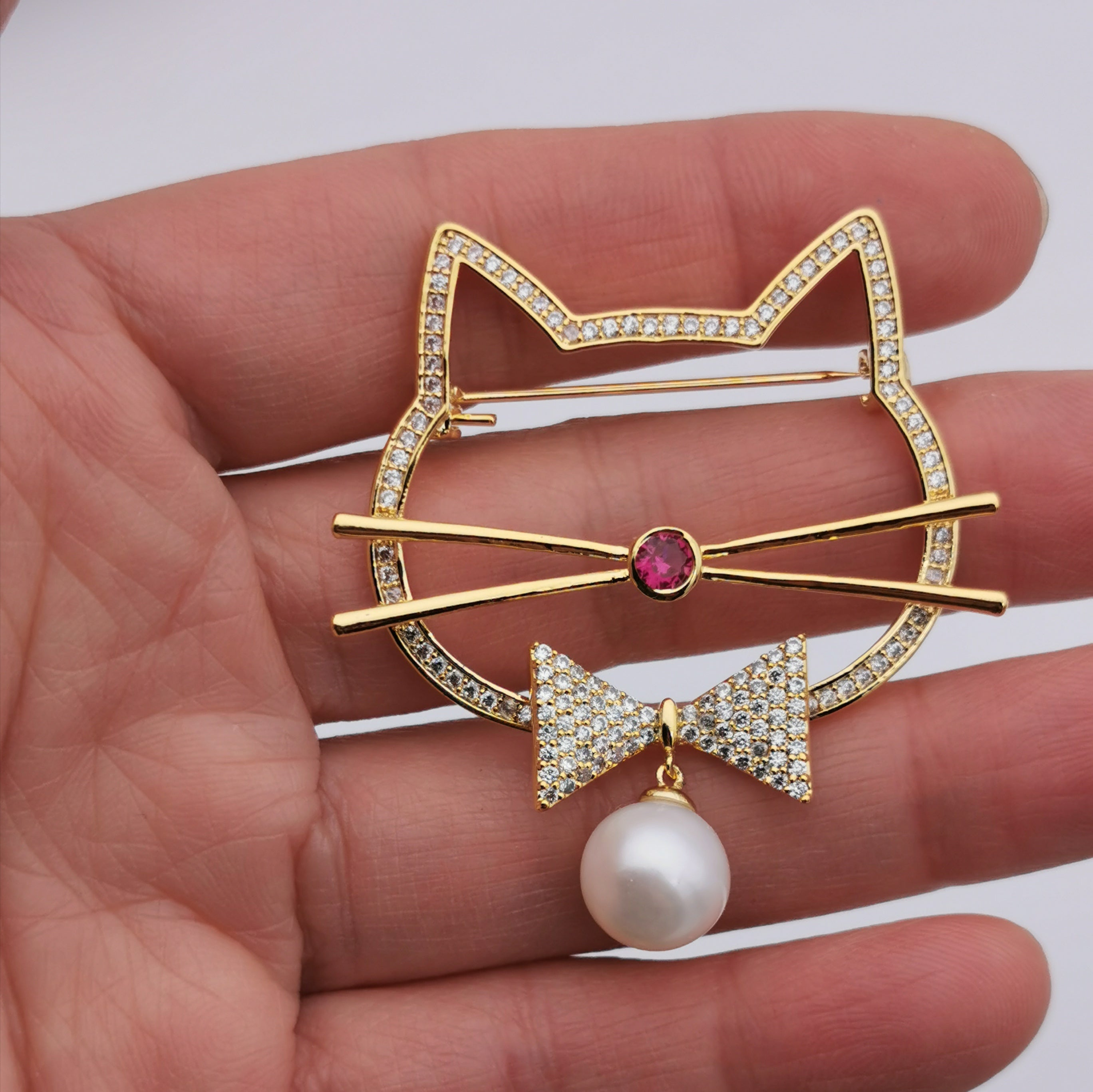 Fashion cute cat freshwater pearl brooch